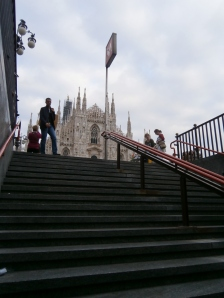 Duomo de Milão visto das escadas do metro