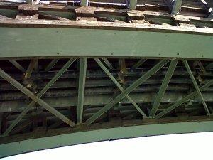 Passando por baixo da Ponte da Academia